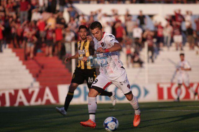 Martín Rivero traslada el balón buscando herir a Olimpo. Foto UNO Juan Ignacio Pereira.