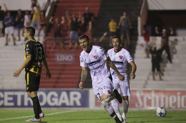 El uruguayo Ribas grita su sexto gol con la camiseta Rojinegra. Foto UNO Juan Ignacio Pereira.