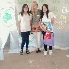 Festejo. Paola, la profesora tutora Julieta, y Evelyn, el día del festejo y reconocimiento en la escuela del Paraje Charigüé.