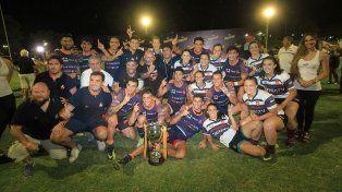 Juntos. Las chicas de Buenos Aires celebraron el título con los tucumanos.