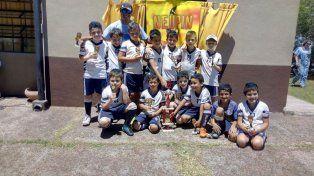 En la foto, los chicos de la categoría 2009 de Off Side, que ayer se coronaron campeones. También obtuvieron primer puesto los jugadores de las categorías 2010 y 2005 del mismo club.