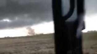 Video: la desesperación de 2 hombres perseguidos por un tornado en Tandil