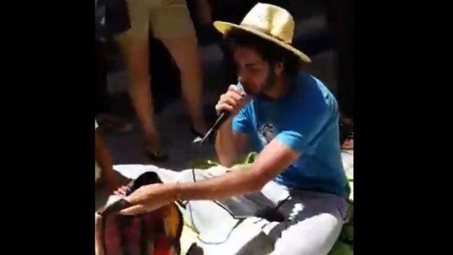 VIDEO: Inspectores quisieron sacar a un artista callejero de la peatonal y la gente lo impidió