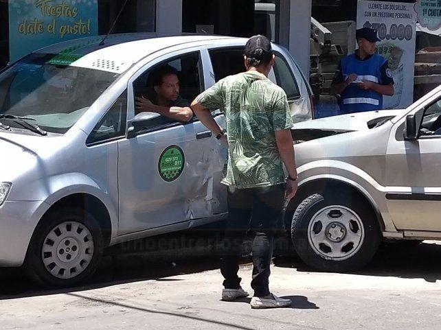 Chocó dos autos y se fue contra la vidriera de una financiera