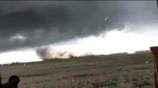 Desesperante Video de padre e hijo atrapados por un tornado