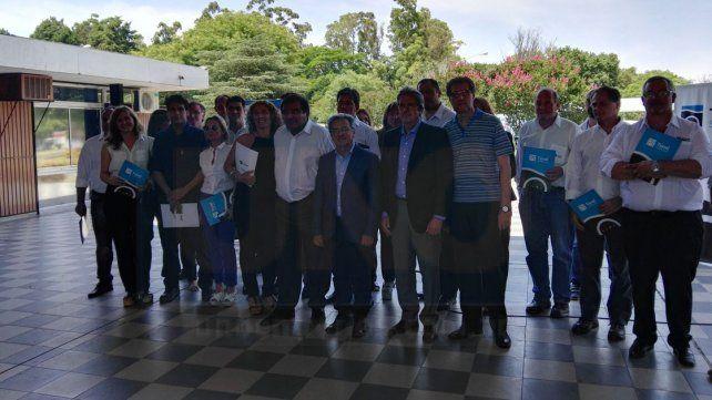 Representantes de ambas provincias se sacaron una foto grupal durante el acto