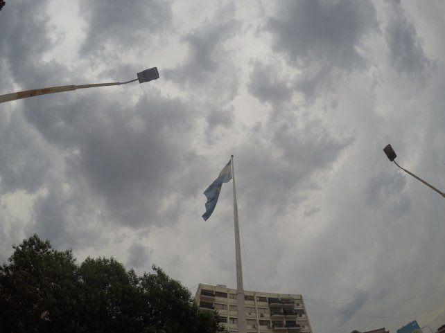 El cielo sobre la plaza 1° de Mayo en Paraná. Foto UNO.