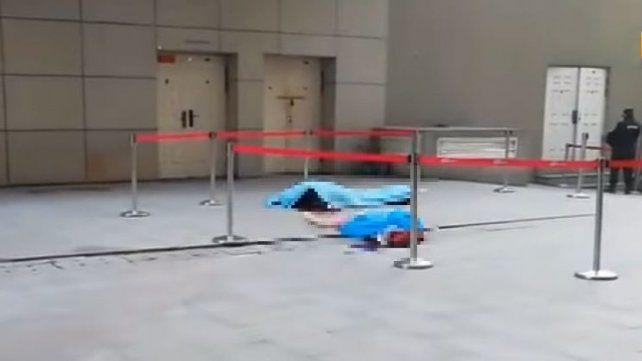 Guardia de seguridad chino murió al intentar salvar a una mujer que se lanzó del 11° piso
