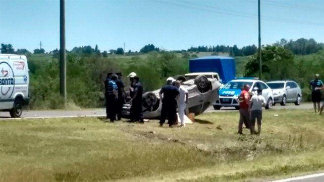 En uno de los ingresos a Gualeguaychú, volcó un auto y murió el conductor