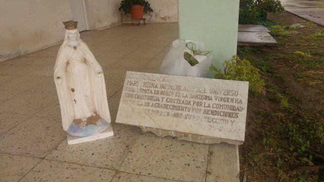 Vecinos de la zona guardan la imagen y la placa, como también parte de la ermita. Foto <b>UNO</b> Pablo Felizia.&amp;nbsp;