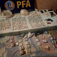 Droga y dinero. En las viviendas de los detenidos encontraron elementos vinculados con la banda.