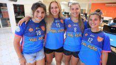 Las jugadoras Candela Albornoz, Francine Butvilofsky, Estefania Retamal y Melisa Schimpf visitaron la redacción de UNO. FotoDiego Arias