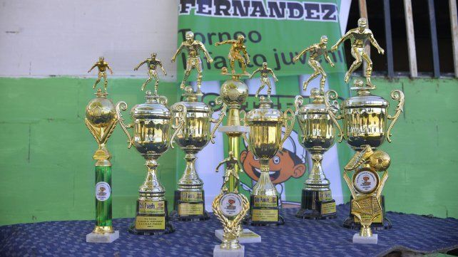Los trofeos que se llevaran los equipos que terminen del primer al tercer puesto y además un recordatorio para cada jugador. Foto <b>UNO </b>Mateo Oviedo