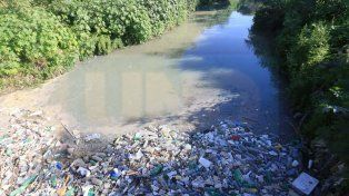 Un asco. La basura se acumula y el agua llega marrón y verde oscura.
