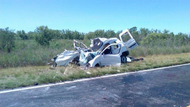 Destruido. El Citroen quedó muy afectado tras el choque y en su interior murieron cuatro personas.