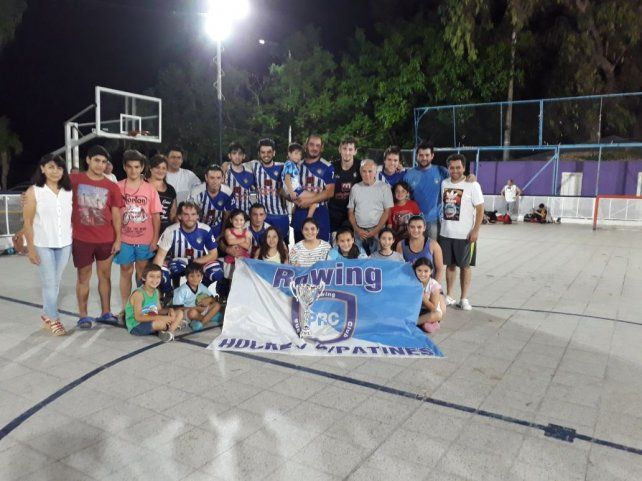 Foto: Prensa UEHP. Equipo campeón del Torneo Clausura junto a la familia de Guillermo Salcerini
