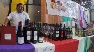Leo en el puesto de los vinos entrerrianos. Foto UNO.