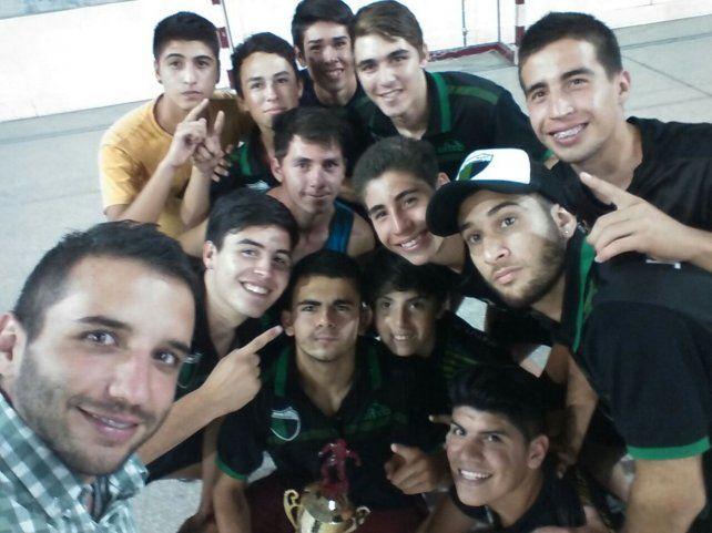 El festejo de José Hernández tras quedarse con el torneo Clausura de la Asociación Paranaense Futsal