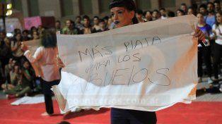 Danza y tambores para manifestar el rechazo a la ley de Reforma Previsional
