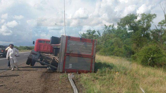 Susto grande. El camión se accidentó cuando se trasladaba a Gualeguaychú.