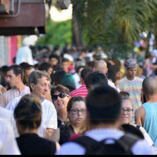 Aluvión de compras. La peatonal se encuentra muy cargada de personas. Foto: Mateo Oviedo