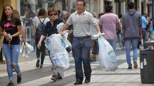 En aumento. Los comerciantes estiman que crecieron las ventas en estas horas un 30%. Foto: Mateo Oviedo