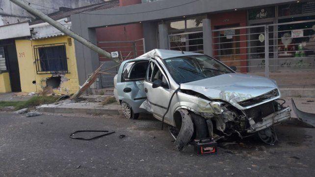 Perdió el control del vehículo y se incrustó en una vivienda