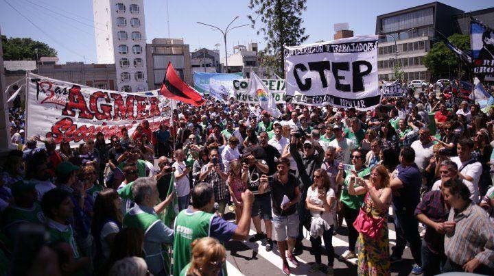 Los docentes en la marcha que llegó hasta la puerta de la Casa de Gobierno. Foto UNO Juan Ignacio Pereira.