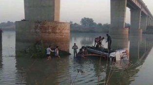 32 muertos y 7 heridos tras desbarrancar un colectivo