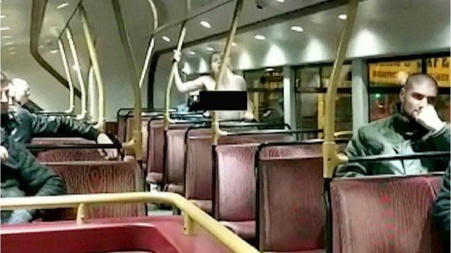 Filmaron a una pareja teniendo sexo frente a los pasajeros en un colectivo