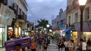 Continúan con las compras navideñas en la peatonal San Martín de Paraná.