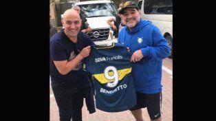 Benedetto le regaló su camiseta de Boca a Maradona