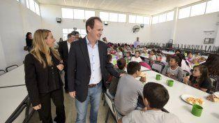 Políticas sociales. Bordet y la ministra Laura Stratta durante una visita a un comedor escolar.