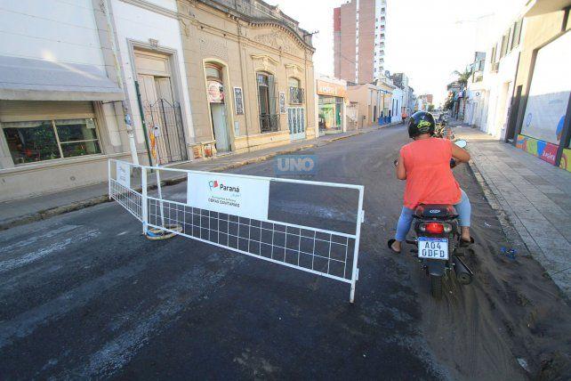 La moto pasa por arriba de la tierra que se mezcló con el aceite. Foto UNO Juan Ignacio Pereira.