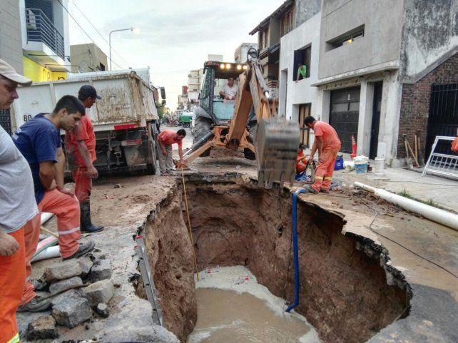 Impresiona el tamaño del pozo que abrieron en calle Perú