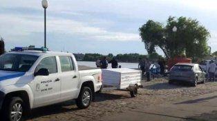 La policía trabajó en la costa después de encontrar el cuerpo. Foto El Día.