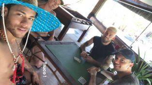 Neymar se pasa las vacaciones jugando al truco