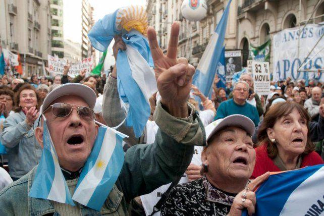 Protestas. Las leyes que no tienen consenso social son apuradas por las deudas y por el déficit.
