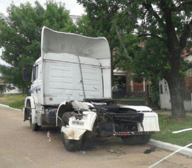 Camión parado. El pesado rodado estaba estacionado cuando fue embestido por el motociclista en Chajarí. Foto: Chajarí al Día.