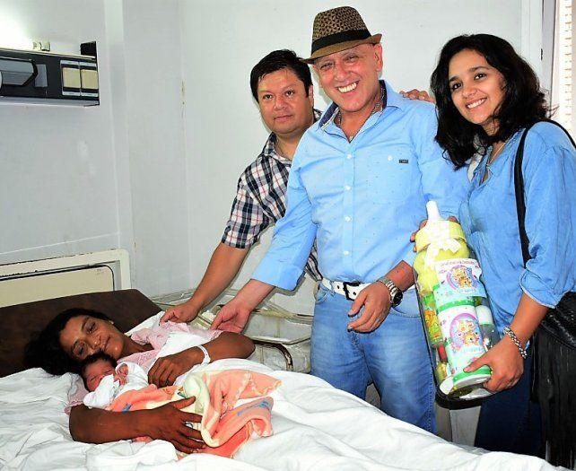 Alegría. Benjamín de 3 kilogramos y su mamá Silvia recibieron regalos y felicitaciones de parte de funcionarios de Concordia.