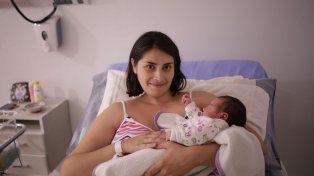 Con Sonrisas. Romina Lallana y su hija María Clara ayer estaban tranquilas luego de un parto singular.