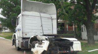 Descontrol. El motociclista colisionó el camión estacionado.