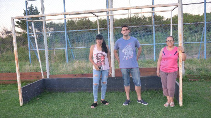 Las dirigentes Alejandra González y Silvina Viviani junto al entrenador Enzo Preli en la cancha de la UCA.
