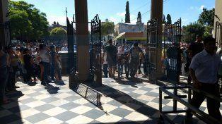 Dolor. Una multitud despidió los restos de Franco en el cementerio.