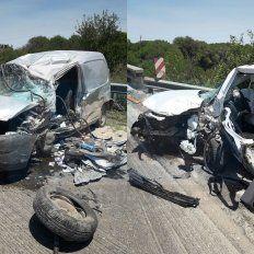 Vehículos muy dañados. Los dos rodados chocaron de frente y las secuelas fueron importantes. Foto: Comisaría Hasenkamp.