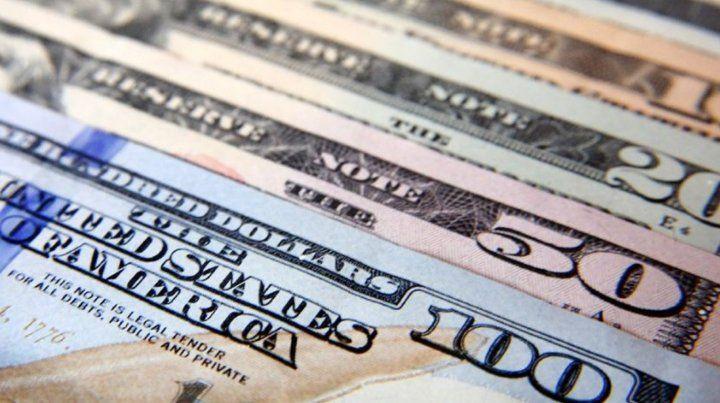 Tras los anuncios del Central bajó el dólar 1,70 pesos y se redujo el riesgo país