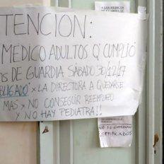 Cartel. La pancarta pegada en uno de los pasillos del hospital advertía sobre un posible foco de conflicto.