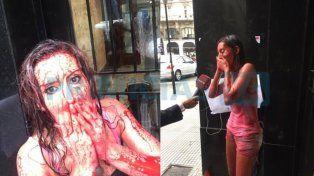 Natacha Jaitt se bañó de sangre para ir a denunciar por séptima vez a su ex