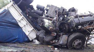 Cabina destruida. Del interior salieron caminando los dos hombres que iban en el camión. Foto: Bomberos Voluntarios Ceibas.