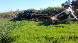 Murió camionero tras volcar en ruta 11